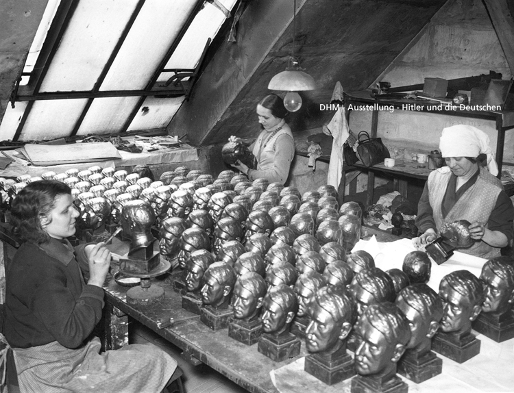 Arbeiterinnen mit kunststeinbüsten von adolf hitler 1937